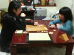 将棋を指す小学生
